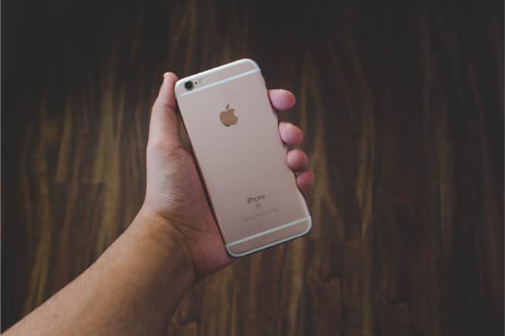 holding iphone 2 - Как узнать есть ли вирус на телефоне айфон