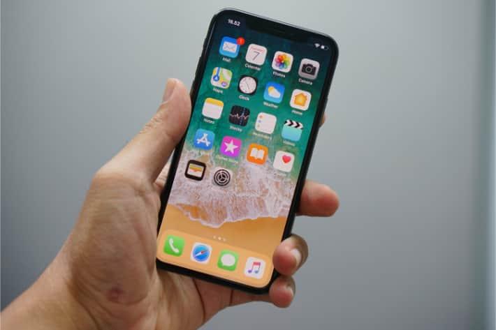 holding iphone 3 - Как узнать есть ли вирус на телефоне айфон
