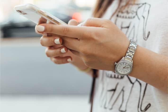 holding iphone - Как узнать есть ли вирус на телефоне айфон