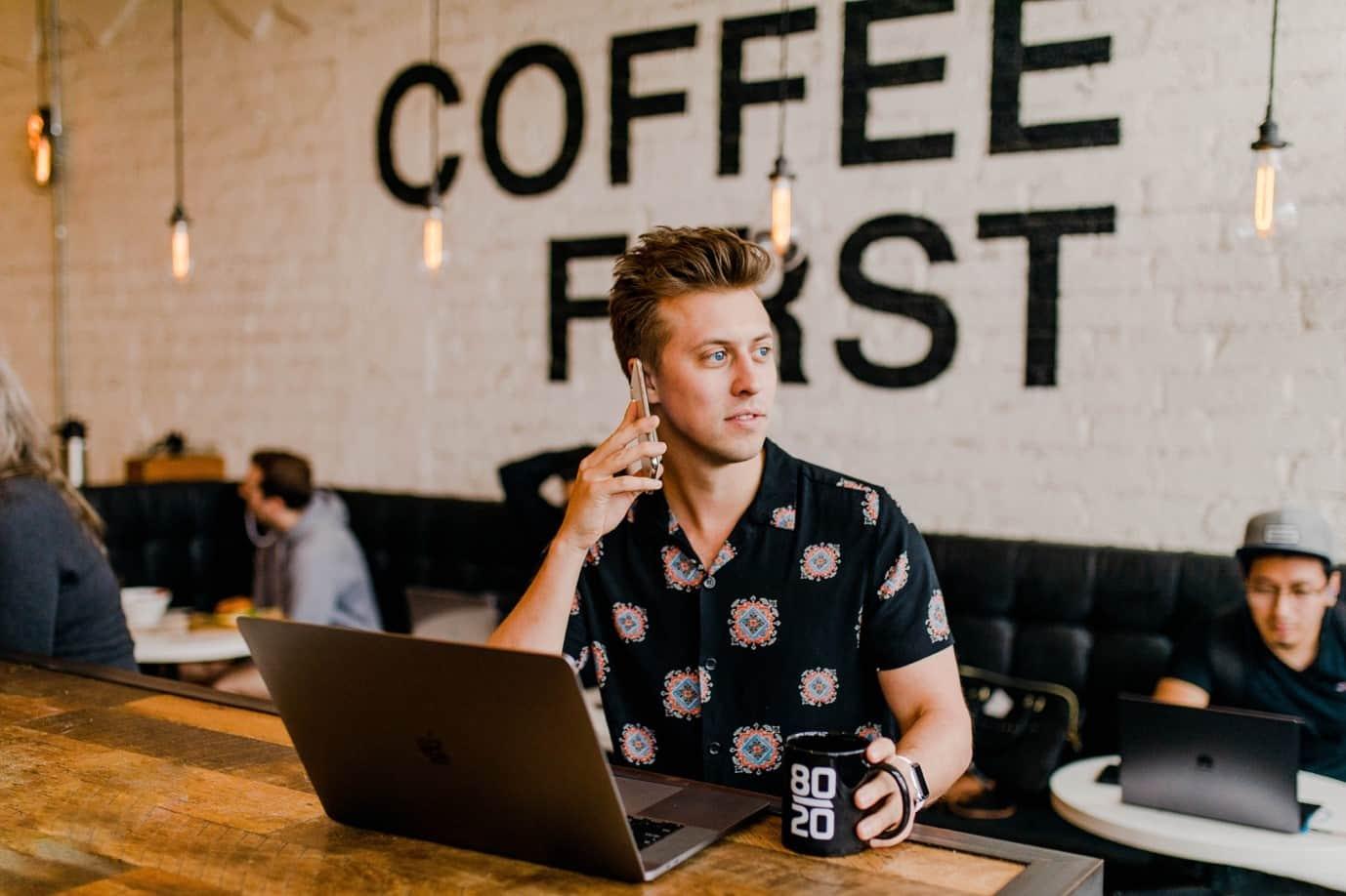 Человек использует публичную Wi-Fi-сеть через VPN