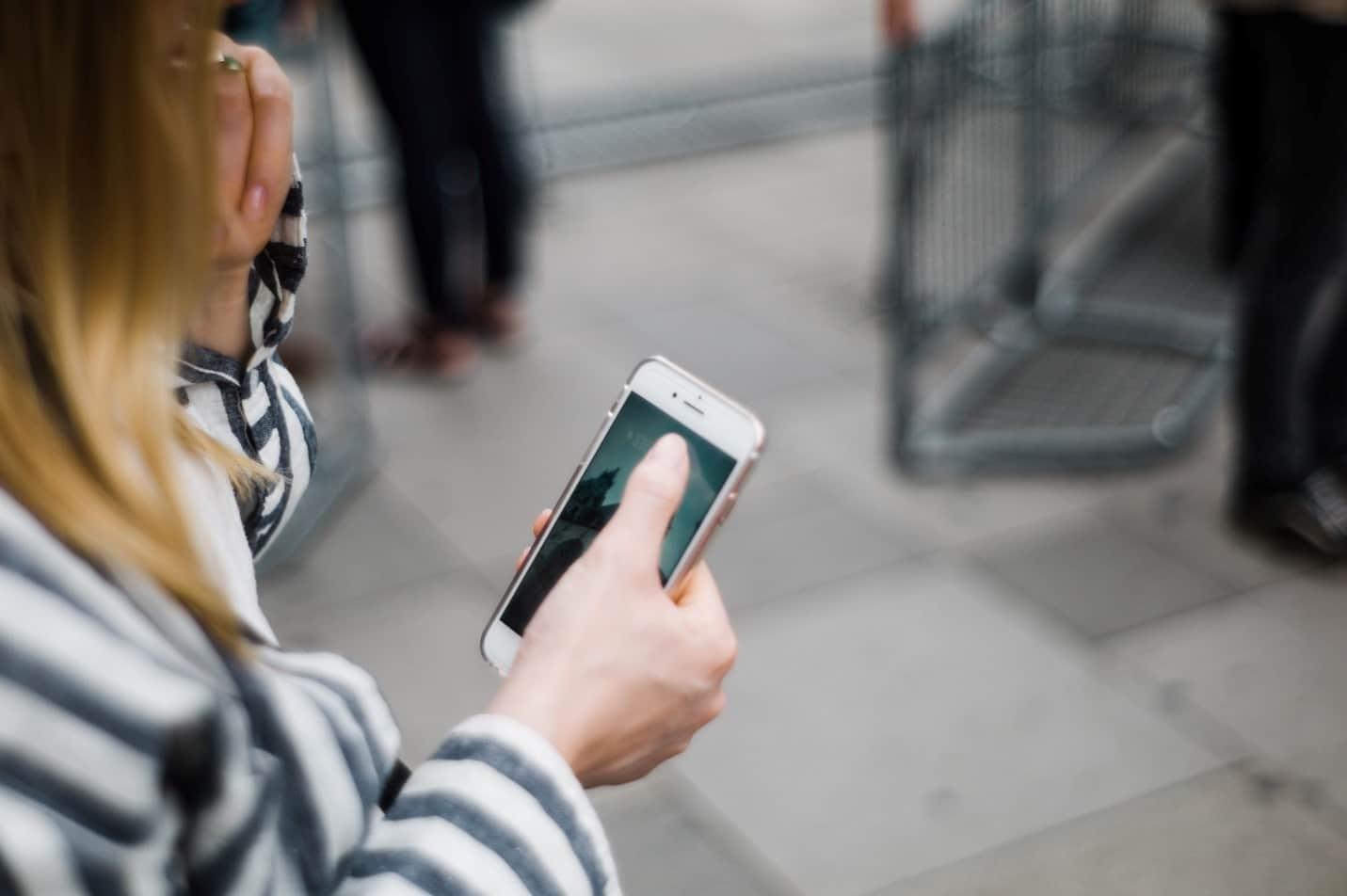 Женщины часто становятся жертвами мобильных мошенников